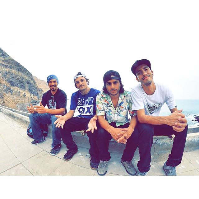 @thiagopingo e @brunokbelo_nata com os skatistas peruanos Rob Quiroz e Fernando Contreras depois da sessão em Lima, Peru. #qixteam #qix #skate #skateboarding #skateboard #Lima #Peru #hermanos #skateboardminhavida