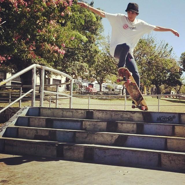 Team Rider @cris_cio sobre las escaleras de #barracaspark #slyskateboards #dominalascalles #slyZERO #skate #skatepark