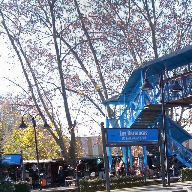 Nada mejor que ver colores en un paisaje frío, esto nos llena de esperanzas como el celeste pasaje peatonal de una estación de tren.  #sientobags #lifestyle #natural #winter #buenosaires #accassuso #sanisidro #argentina #trendy