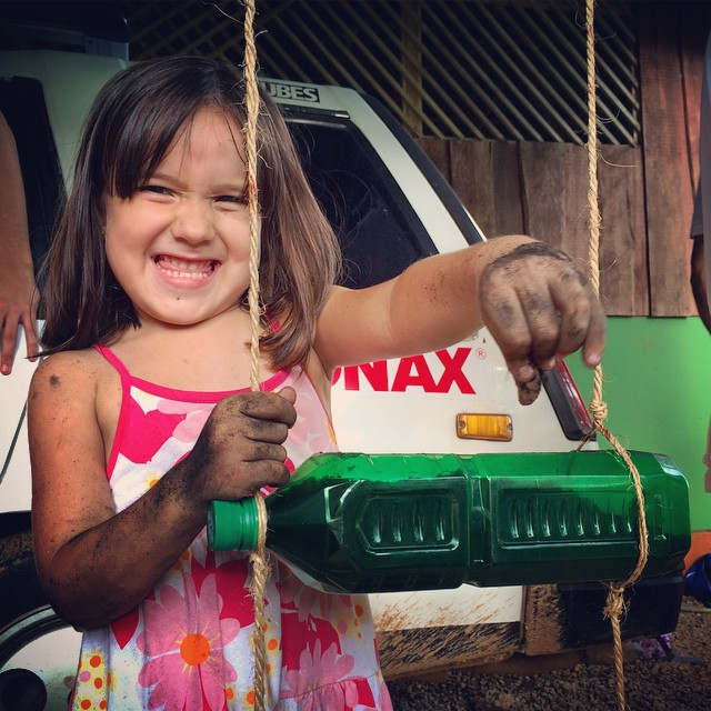 Today is National Tree Day in Costa Rica!!! All smiles here in Bahia Ballena as we hang out with some happy locals and up some upcycled plastic bottle pots for homegrowing your daily vegetables /// @forjandoalas #forjandoalas @bodhisurfschool...