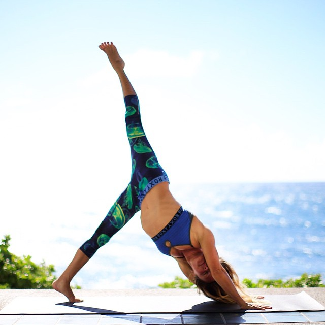 Inspired by our yoga high after an amazing day at #RUNSUPYOGA Oahu, we caught up with instructor and former pro surfer @rochelleballard to take us through a fun and dynamic yoga sequence. #ROXYfitness  Head to the ROXY blog for more