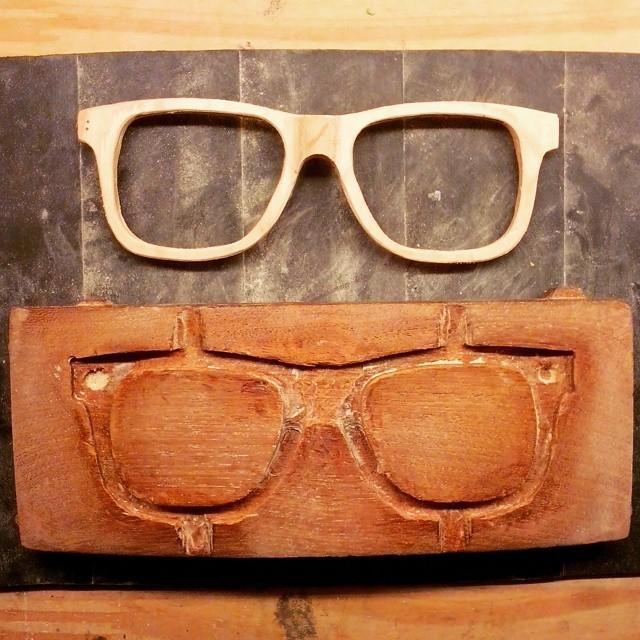 les mostramos un poco de lo que es nuestra producción artesanal de los anteojos reciclados!  #recycledskateboards  #seethroughyoursk8board