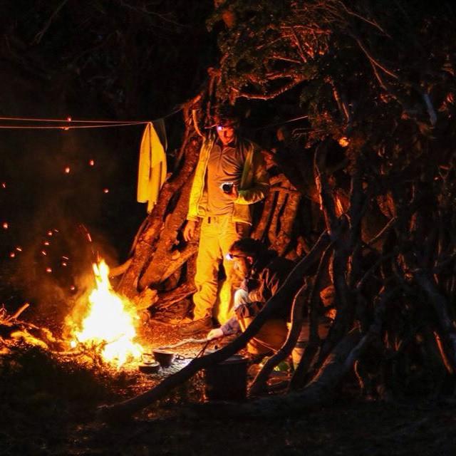 Sergio y Joaquin cocinando en el rancho que armamos frente al Islote Margarita en la costa Sur de Peninsula Mitre.