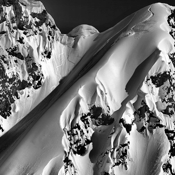 #tbt Dreaming of shredding pow in AK. @robkingwill finds the flow. #AVALON7 #liveactivated #snowboarding www.avalon7.co