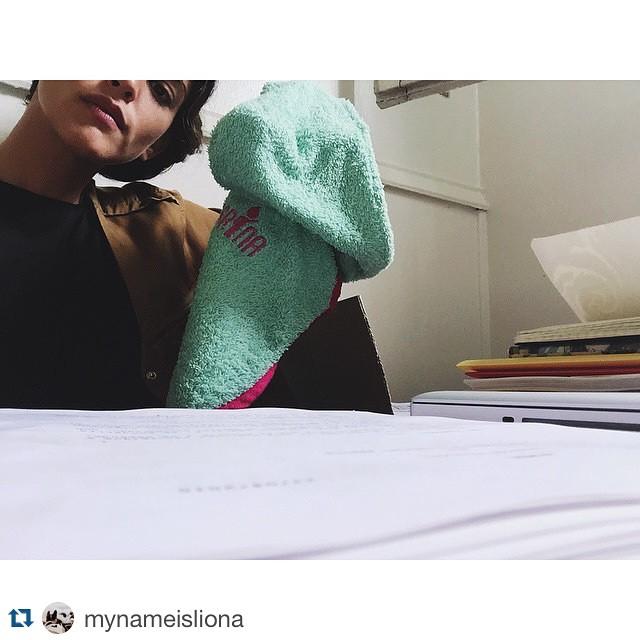 #Repost @mynameisliona with @repostapp. ・・・ Mama recibiendo regalito para mi ! Mi primer poncho