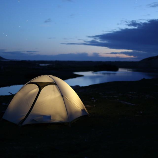 Otro campamento solitario entre el río y el mar.  Península Mitre, la punta de Tierra del Fuego.
