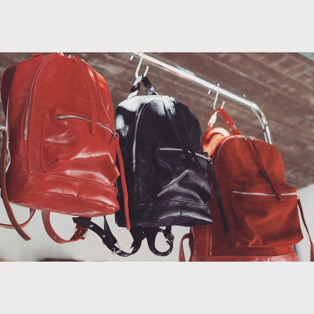 Rojo y negro para las Mini Navajas. #mambomochilas #mambobackpacks  #leather #backpacks #madeinbuenosaires