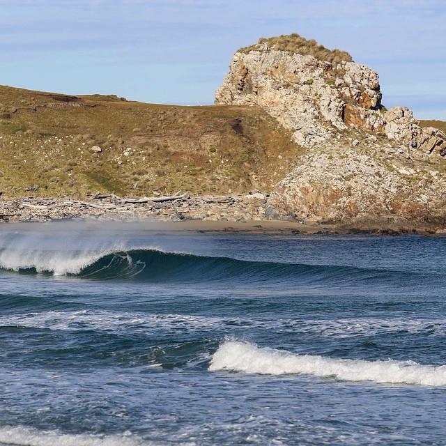 Agua azul y transparente en un beach break en cercanías del Islote Margarita en Tierra del Fuego