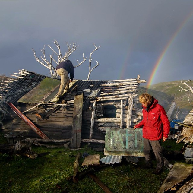 Llegamos al rancho El Bagualero de Pati Vargas, donde vivió durante 15 años aislado de toda civilización.  El paso del tiempo y del clima es muy notorio y por eso decidimos arreglarlo todo lo posible con lo que teníamos a mano.