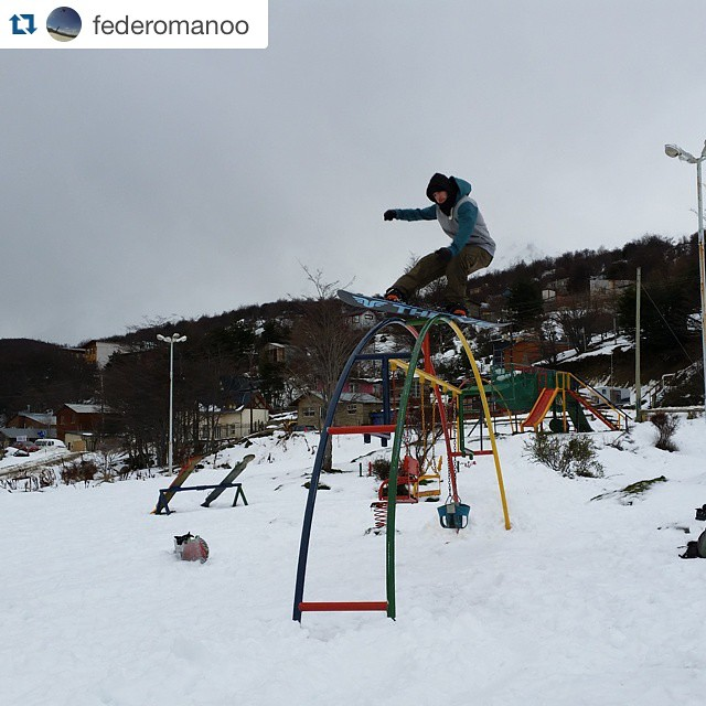 #Repost @federomanoo with @repostapp. ・・・ Jugando en la plazita!! Playing in The neighborhood @thrivesnowboards #thrivesnowboards  @thrivesnowboards  #relentless  #sixa  @dukeonline