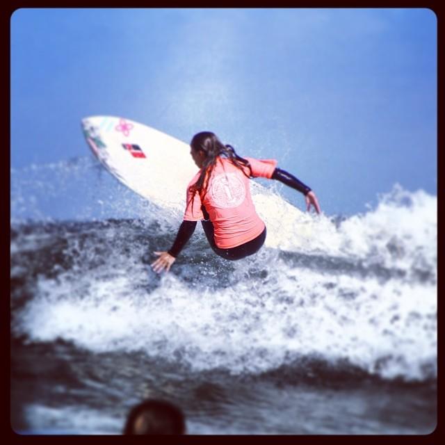 Sesion de surf en escuela de surf y kite Chicas Extremas.