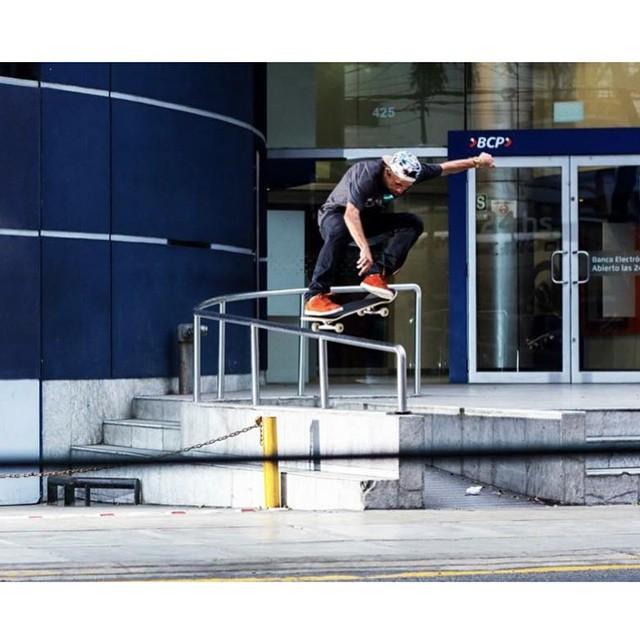 """@thiagopingo """"haciendo historia"""" no Peru. Pingo mandou esse switch ollie pras lentes da @capitolworld em Lima. #qixteam #qix #skate #skateboard #skateboarding #Lima #Peru #skateboardminhavida"""