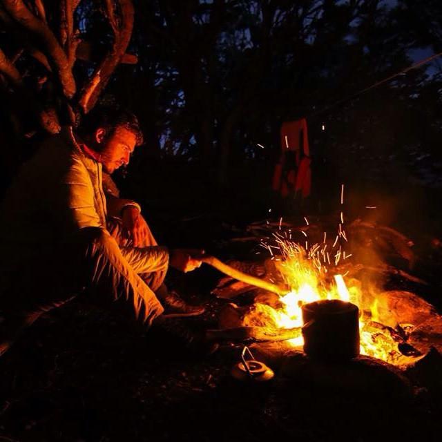Durante la expedición cocinamos siempre al fuego. En la foto Joaquin preparando los fideos para la cena.