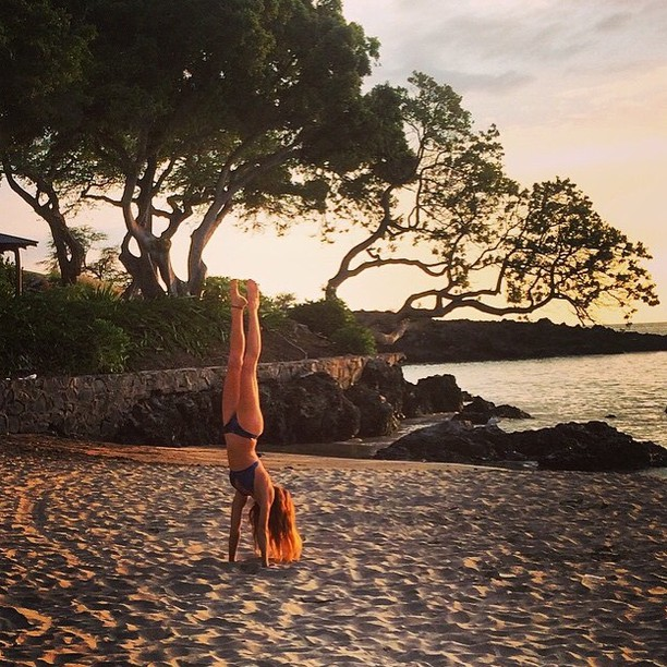 Summer is... handstands on the beach || @barefoot_farmer showin' off in #hawaii || #getoutthere #miolawesome #yogaeverydamnday #yogakini #yogagram