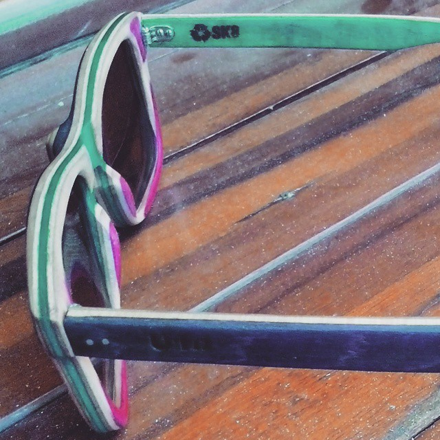 Un poquito de color para este día tan gris!  #skateboards  #skate  #recycled #art  #skateart  #recycledskateboards #sunglasses