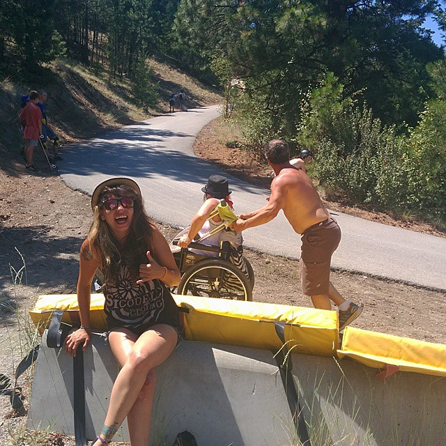@chelagiraldo is here from #colombia enjoying the canadian scrape culture watching @clayton_romaniuk getting #shotblocked by his parents on the last corner here at @giantsheadfreeride