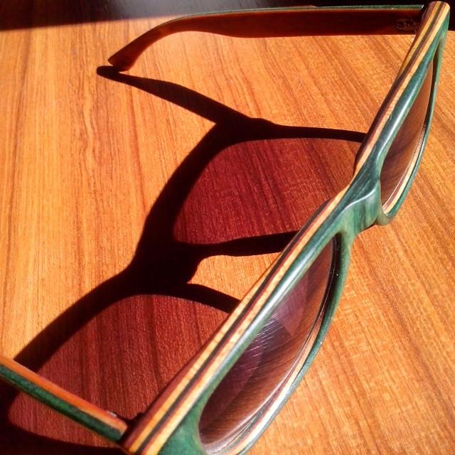 Excelente día para usar unos anteojos de madera y encima reciclados, con lentes en sepia degrade! #skatelife  #recycledskateboards  #skateart  #recycled #sunglasses