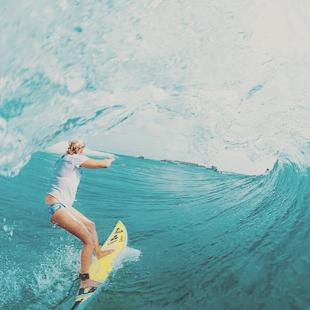 An amazing shot of the amazing @andersenlisa. #surf #surfer #surfergirl #surfing #surfboard #swell #barrel #hangten #lisaandersen #roxy #ocean #waves #water #sunshine #champion #challengeyourself #motivation #determination #confidence #icon...