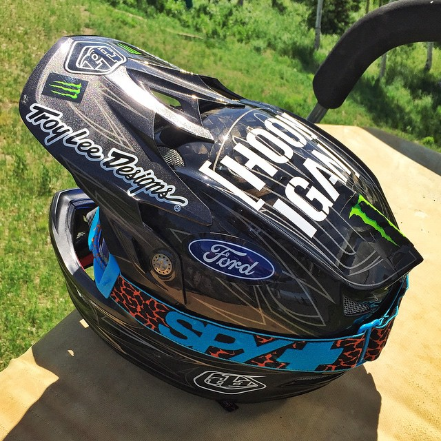I love carbon fiber brain buckets, both inside and outside of my racecar. This one is especially beautiful. #carbonfiberFTW #brainbucket #TroyLeeDesigns