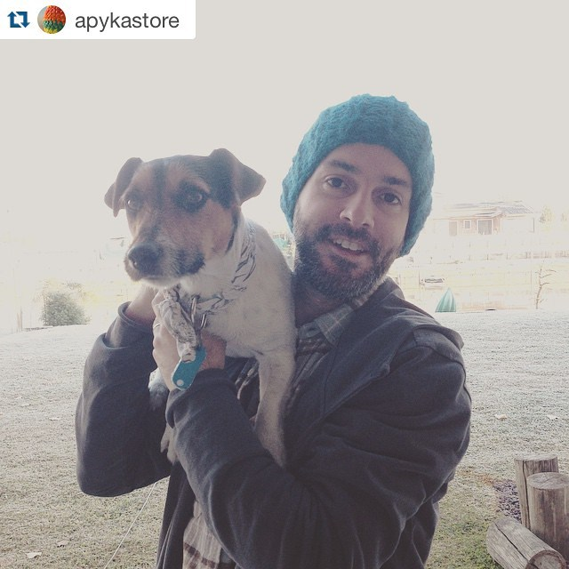 El invierno se atraviesa con gorros y mucho amor ❤️ toto usa correa @apykastore y @burningfrank by @delasbolivianas