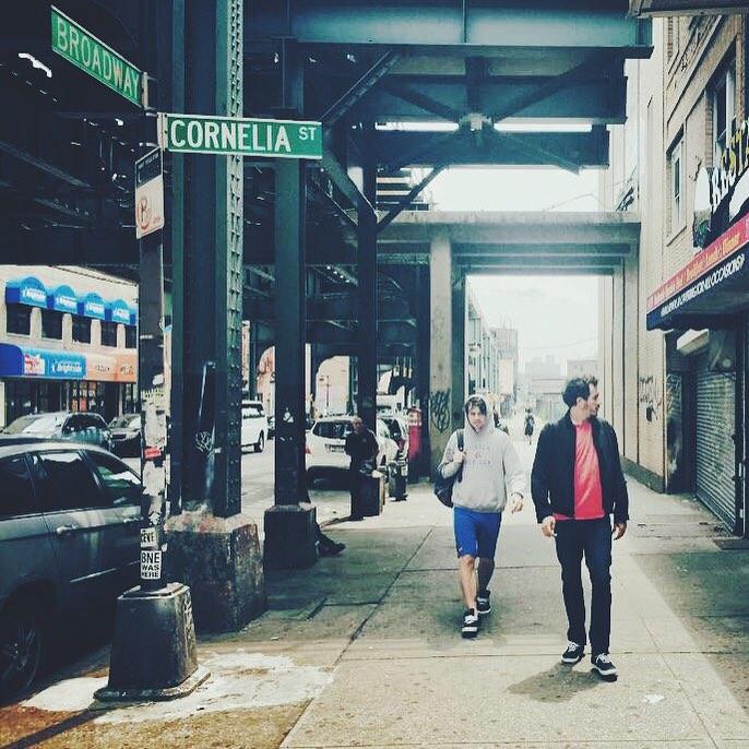 Vestido de poder y con sus #Authentic negras, Doctora Muerte (baterista de Él Mató) pasea por las calles de NYC ☝