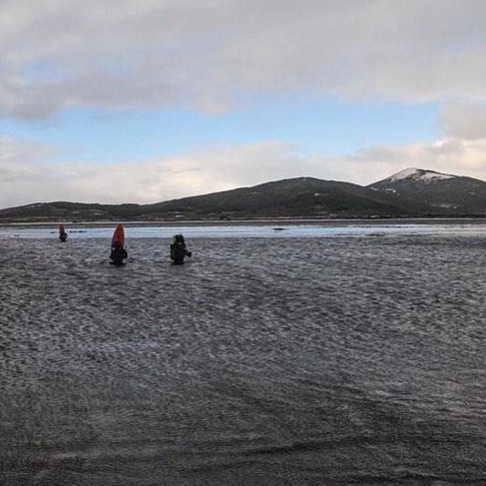 Cruzando el Río Policarpo con el agua helada hasta la cintura en un día de mucho temporal.  Al llegar a la otra orilla continuamos caminando sobre la turba nevada hasta que nos agarró la noche y acampamos dentro de un bosque.