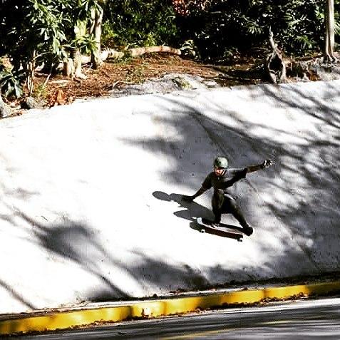TeamRider Luc As, pegándole a la pared de una verdadera ola de cemento #machbusterKT #slyskateboards #dominalascalles  PH Martín Techeira