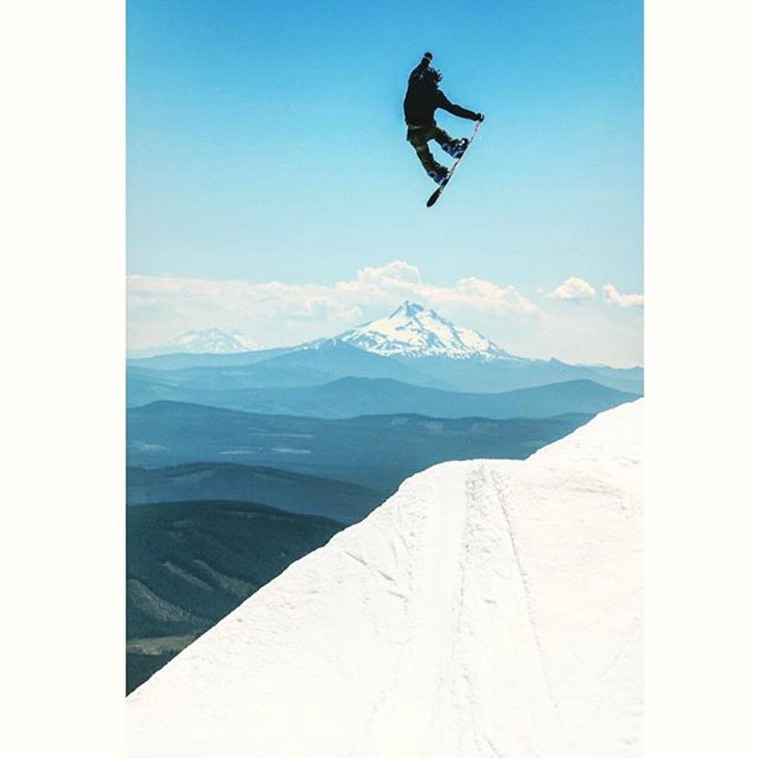 @shr3dmambaaaa is up at the Hood getting really high. Photo: @gfurey #FlixBindings #Snowboarding #MtHood