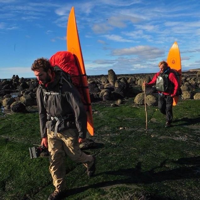 Caminando entre bolones por la Costa Norte de Península Mitre, día 50 de la expedición.  Estábamos cansados física y mentalmente, con menos fuerza y aún con mucha carga en las espaldas, brazos y pecho.