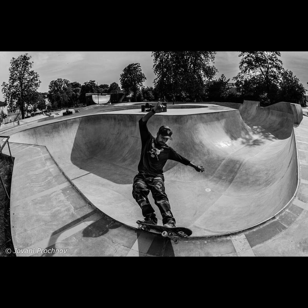 """@caiquesilvaskt feeble na FaelledParken, em Copenhagen. Nas palavras de  Caique: """"é a melhor skatepark que já andei"""". #qixteam #qix #skate #faelledparken #skatepark #copenhagen #Dinamarca #skateboard #skateboarding #skateboardminhavida"""