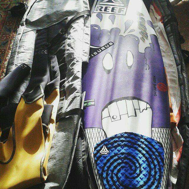 @sebas_ventura preparando todo su equipo para un día de surf
