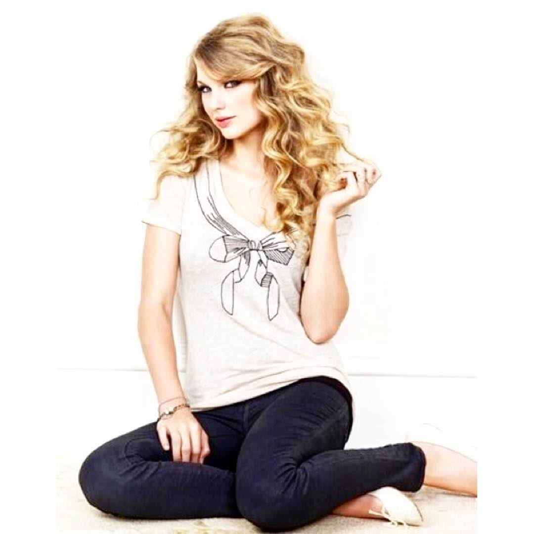#FlashbackFriday in honor of her weekend concert at MetLife, @taylorswift rockin' a #threads4thought Tee