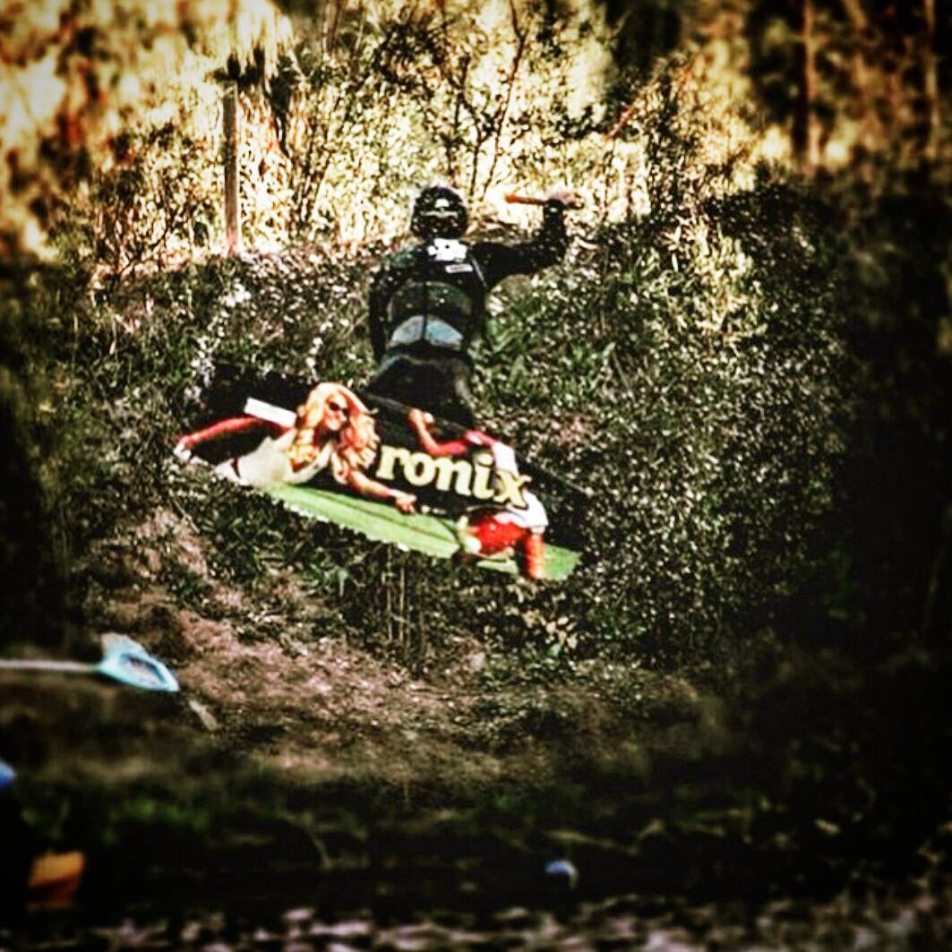 AL VIERNES LO PASAMOS VOLANDO !! @edu_elli @thegreenparrotco @piruvarangotfotos #wakeboard #wakepark #friday #fly #goon #high #rider #sports #xtreme #cable #shot #photo #palapapa #winter #session #friends