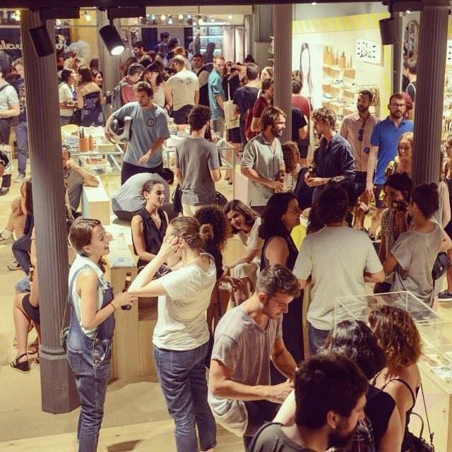 Nos han llegado las primeras fotos de ayer. ¿A ver quien se encuentra entre tanta gente? #Paez #PaezFlagshipBcn #Opening #Tiendon