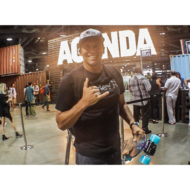 Shaka of approval from the man himself @clarklittle #agendashow #jellyskateboards #blockrisers #jellykingslayer