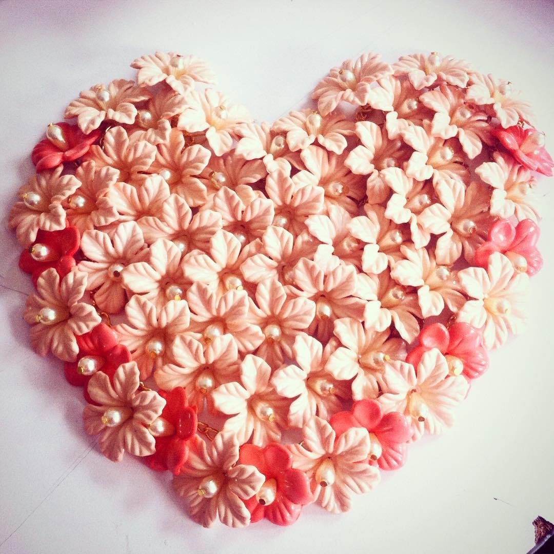 Hay #vinchas de flores y perlas rosas y son un #amor