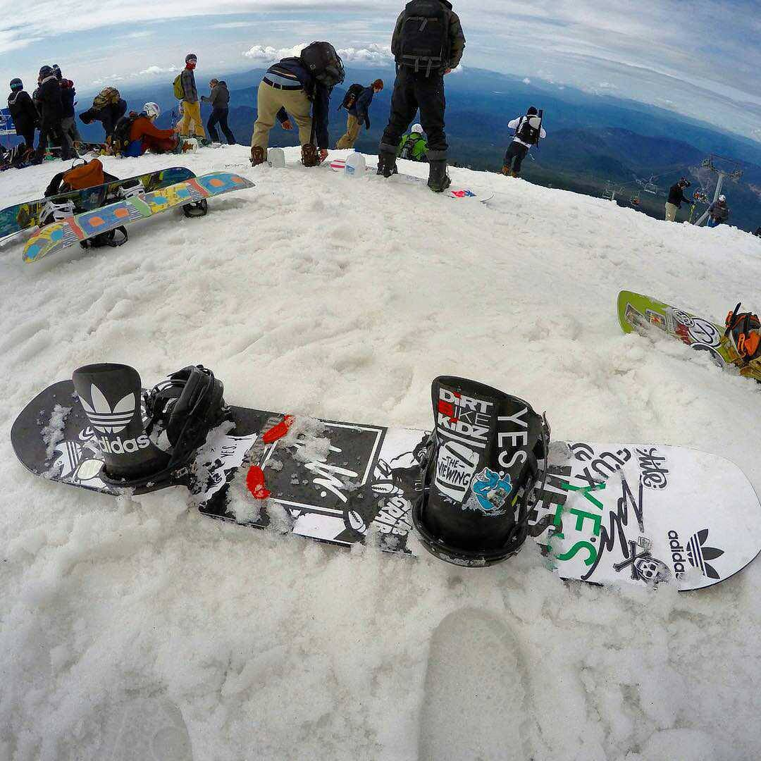 @_justinmulford took his bindings to the edge of the world and back. #fluxbindings #edgeoftheworld #snowboarding