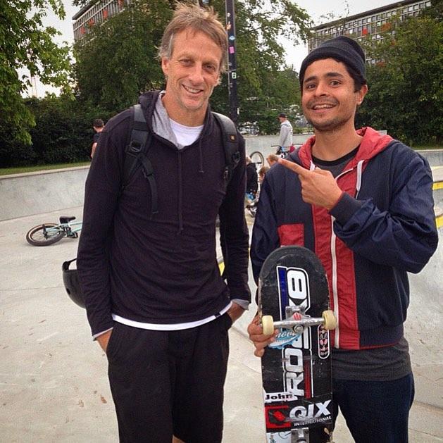 Olha quem o skatista da #QIX Tiago @picomano encontrou no rolê em Copenhagen... O mestre @tonyhawk! #thebirdman #qixteam #skate #skateboarding #TonyHawk #Copenhagen #Dinamarca #skateboard #skateboardminhavida