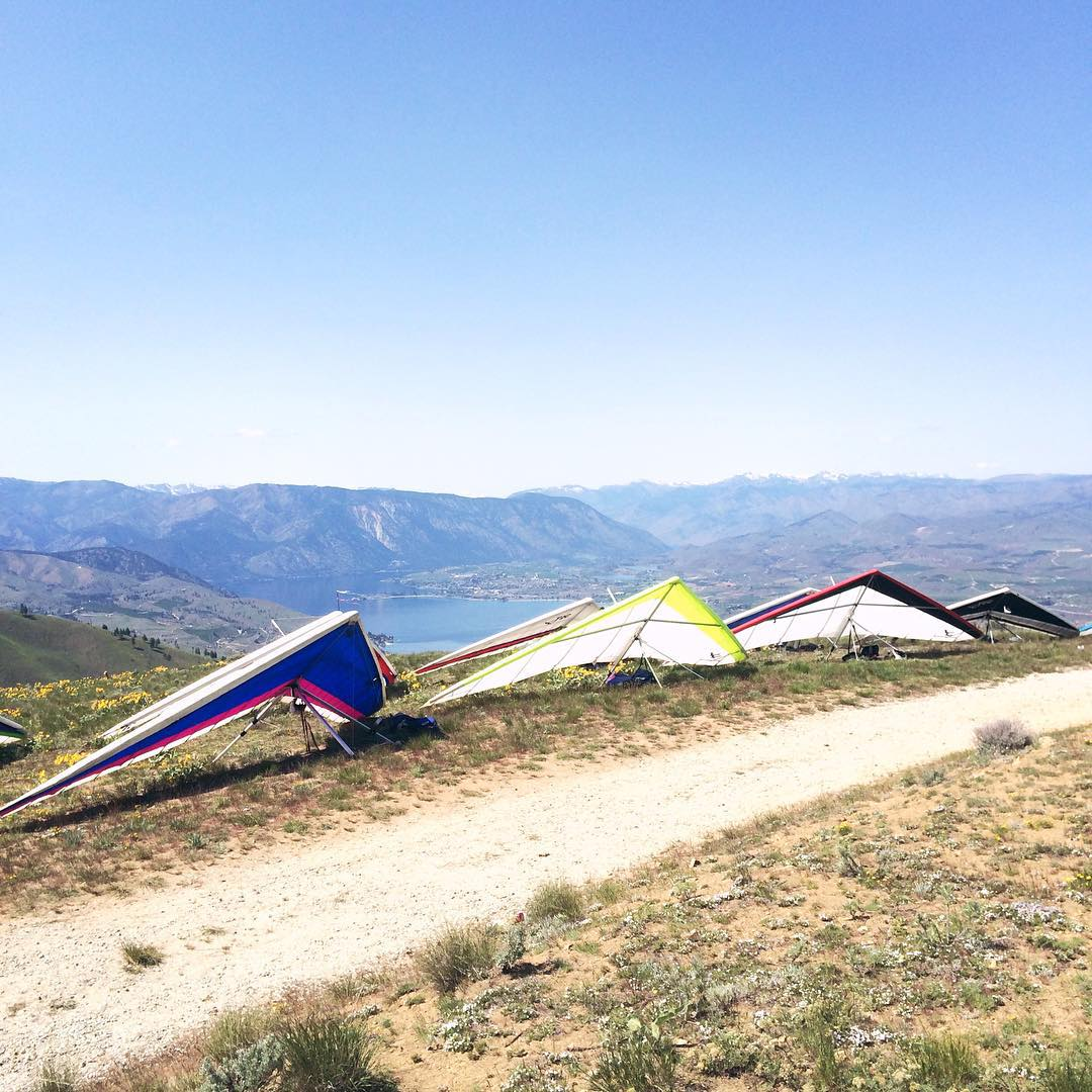 Who likes to fly? // Line em up // Pre cliff launch over the weekend! #disidual #disiduallivin #distinctindividuals #chelan #chelanbutte #hangglide #hangglider #clifflaunch #explorewashington #pilot #fly