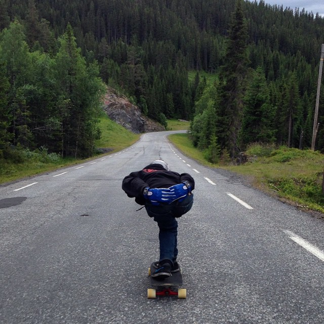 @ali_nas drops into one on the many mountain roads in Norway, with the blue/white #ragdolls... Photo cred @jimmyriha #timeshipracing #gloveyoulongtime
