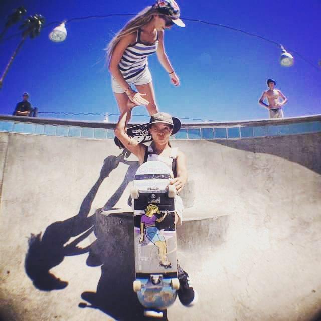 @surerell handing out #highfives to @og_brittneyc #palmsprings  #skatepark #ogbetty #revbalance #findyourbalance #skateboarding #supportyourriders #femaleshredders #thisgirl #thesegirlscan #pattimcgee