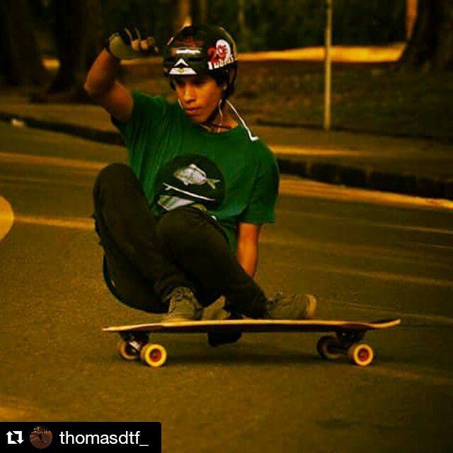 Amigos MAE x el MUNDO @thomasdtf_  Surfeando el asfalto  #longboarding #longboard #surfing #Repost @thomasdtf_ ・・・ Otra de fs stalefish. #freeriding #freeride #skatefast #longboard #lonboarding #orangatang #otang #maetuanis