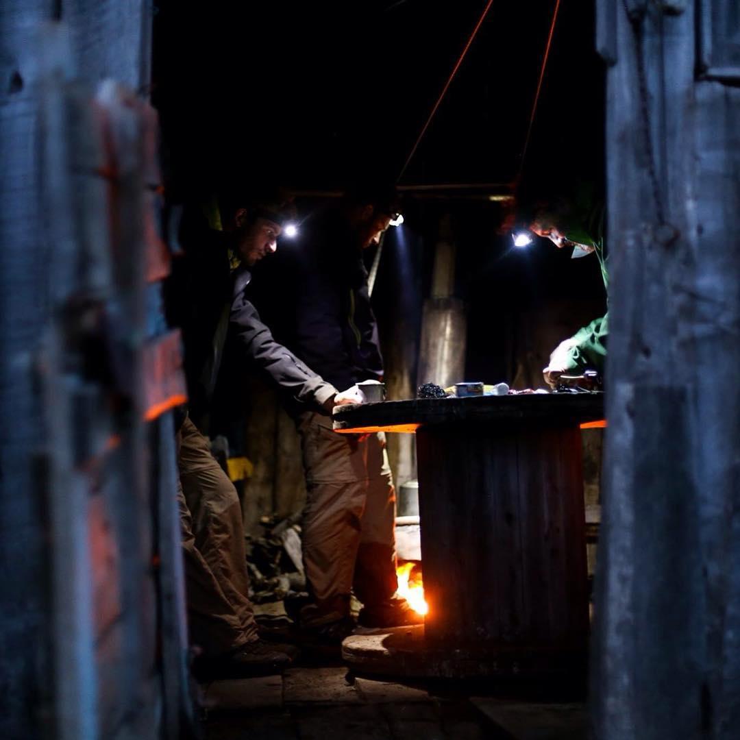 Joaquin - Sergio - Silvio intentando arreglar la cocina MSR que empezó a fallar y nunca más quiso cocinar. Quedaban casi 40 días de expedición y tendríamos que cocinar al fuego por más que el clima no quisiera permitirlo.