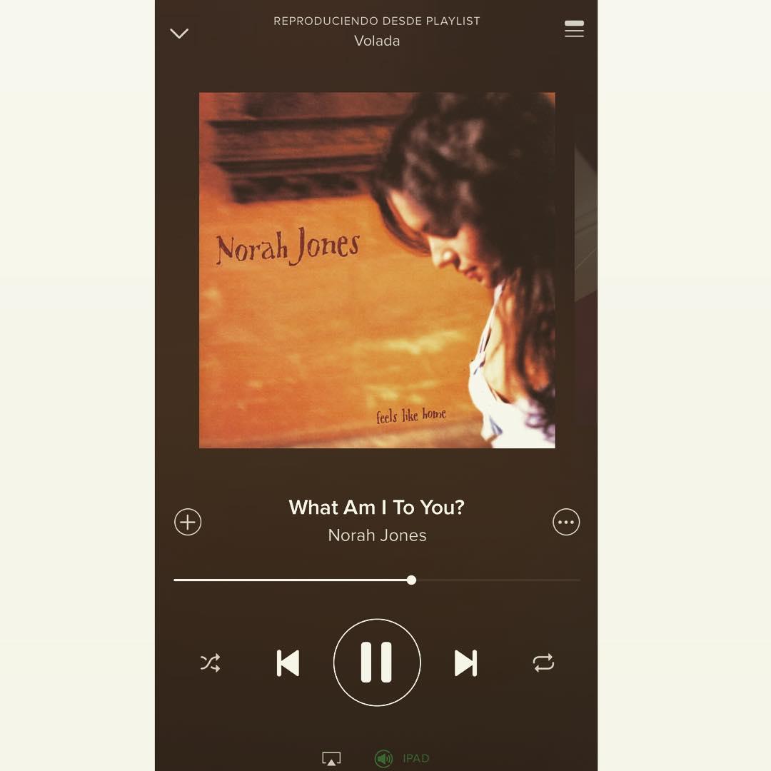 Ella suena con su mejor canción, mira si te cantan así (?) #NorahJones #bose #spotify #voladaPlaylist #balcon