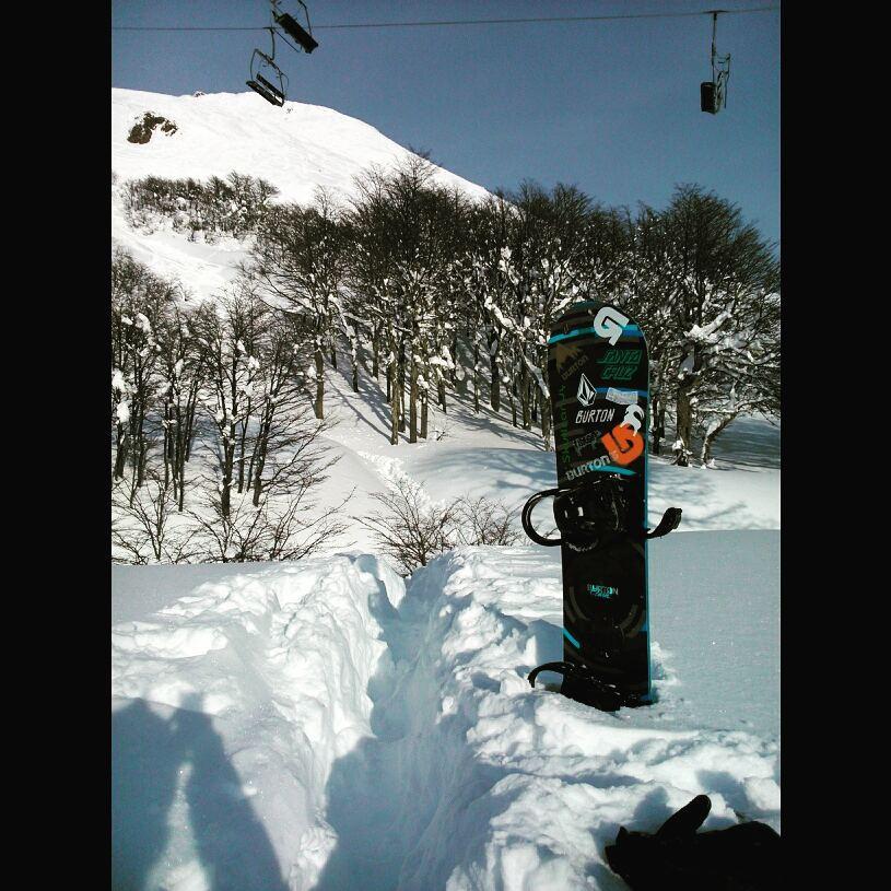 Encallarte y tener que patear 50 metros con nieve a la cintura en @cerro_chapelco ... Grandes placeres de la vida. (?) #Chapelco #Snowboard #WinterSeason #Burton #Argentina #SanMartinDeLosAndes