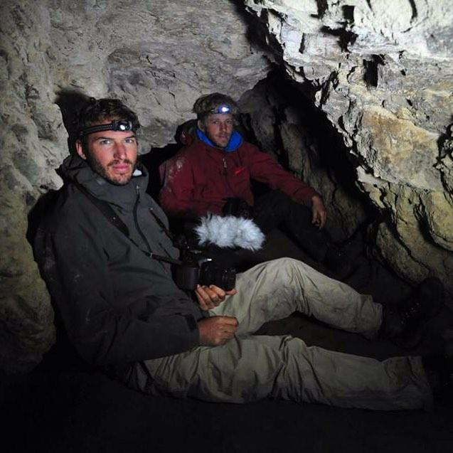 A 150m dentro del acantilado en Cabo Hall (Bahía Aguirre) documentando las cuevas que Sergio había descubierto 10 años atrás.