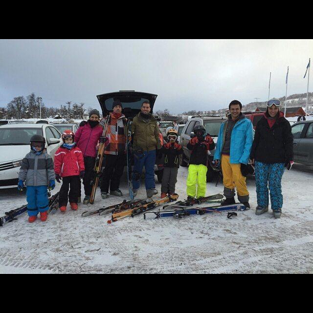Hay equipo!!!! primer descenso con familia completa!! GRAN GRAN días en @cerro_chapelco con el equipo Barroferretelli.  #Chapelco #Snow #FamilyTrip #Vacations #FamilyTeam #Family