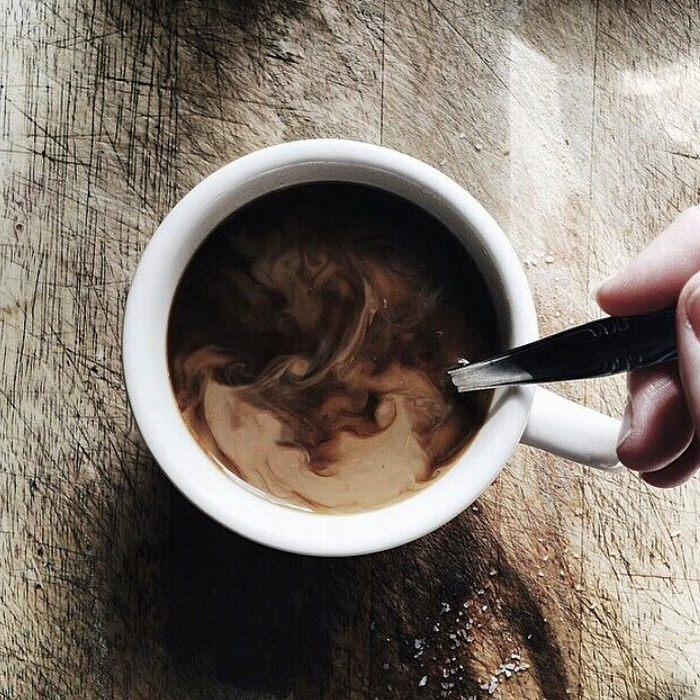 Nada mejor que una taza de cafe caliente para subirle la temperatura a esta tarde fresca  #Numag #BorninArgentina ##WherenatureROCKS #coffee #cold #gafasdesol #gafasdemadera #woodensunglasses #Woodeneyewear