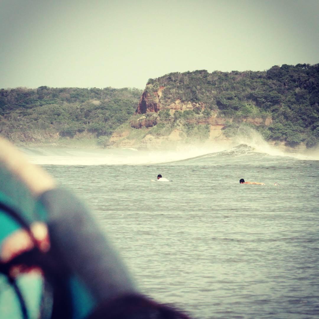 Punta Mango!! 15 minutos al Oeste de Las Flores y accesible únicamente en bote se encuentra Punta Mango, la ola más tubular en El Salvador.  #puntamango #elsalvador #lasflores #maetuanis #surftrip #boattrip #followthesun