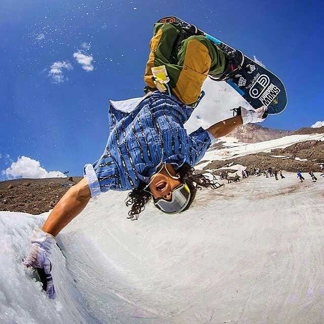 When @erikleon_ does handplants everybody turns to watch. Photo by: @dannykernphotography #ErikLeon #handplant #FluxBindings #MtHood
